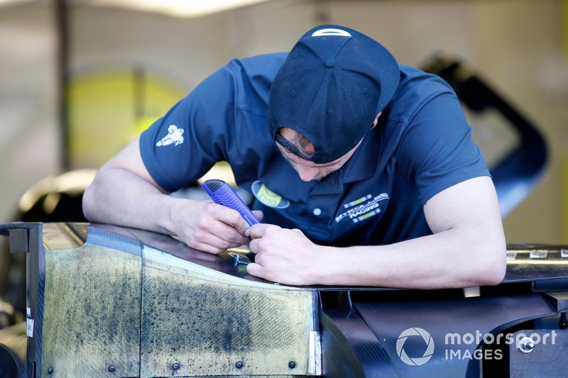 Mechanic of #4 ByKolles Racing Team Enso CLM P1/01: Oliver Webb, Tom Dillmann, Paolo Ruberti