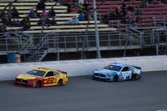 Joey Logano, Team Penske, Ford Mustang Shell Pennzoil and Kevin Harvick, Stewart-Haas Racing, Ford Mustang Busch Light