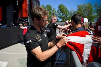 Romain Grosjean, Haas F1 signs an autograph for fan