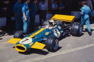 Jack Brabham seduto nella sua Brabham BT33 Ford