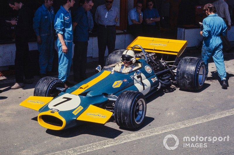Все это никак не касалось Джека Брэбэма – 44-летний ветеран, выступавший в составе собственной команды, выиграл первый Гран При того сезона в Южной Африке, а в Хараме завоевал поул, опередив Дэнни Хьюма из McLaren и Джеки Стюарта. Тройка лидеров уложилась в 0,3 секунды и заняла места в первом стартовом ряду