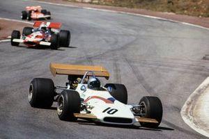Pedro Rodriguez, BRM P153, devant John Surtees, McLaren M7C Ford