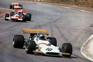 Педро Родригес, BRM P153, и Джон Сертиз, McLaren M7C Ford