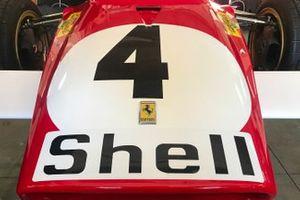 Vue détaillée de l'avant d'une vieille Ferrari