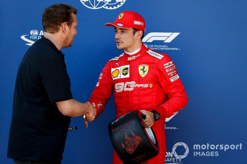 Le poleman Charles Leclerc, Ferrari, reçoit le Trophée Pirelli de la pole position des mains de Lukas Lauda