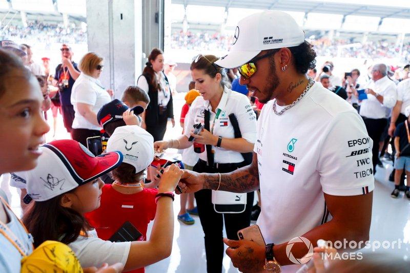 Lewis Hamilton, Mercedes AMG F1, firma alcuni autografi a dei fan giovani