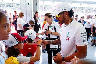 Lewis Hamilton, Mercedes AMG F1, signant des autographes à des jeunes fans