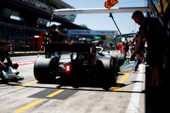 Lewis Hamilton, Mercedes AMG F1 W10, arrivant pour un arrêt