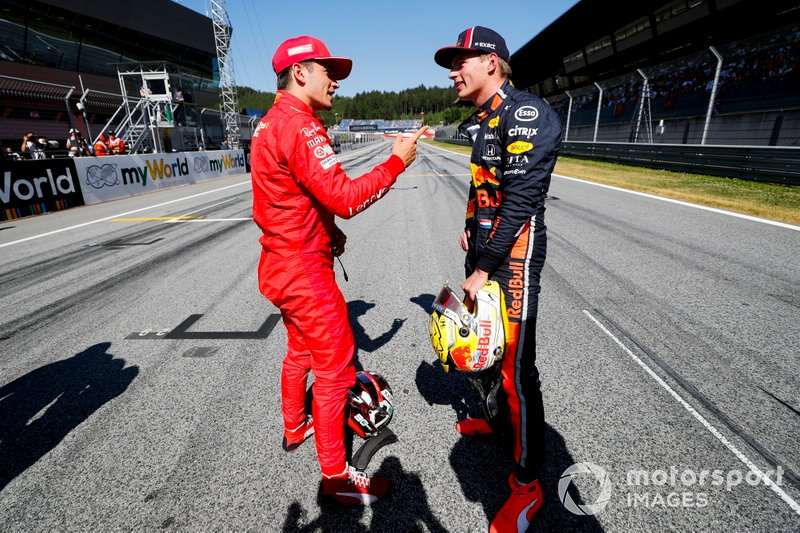 Le poleman Charles Leclerc, Ferrari, parlant avec Max Verstappen, Red Bull Racing