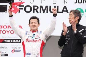 Гонщик DoCoMo Team Dandelion Racing Наоки Ямамото и директор команды Мураока Киоши
