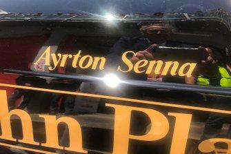 El nombre de Senna en el lateral del Lotus 97T de Ayrton Senna