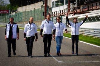 Il team BMW Team Mtek ispeziona il circuito