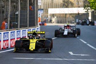 Nico Hulkenberg, Renault R.S. 19, leads Antonio Giovinazzi, Alfa Romeo Racing C38