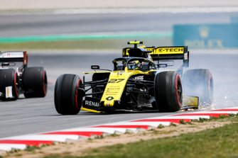 Nico Hulkenberg, Renault R.S. 19 drives back to the pits with damage