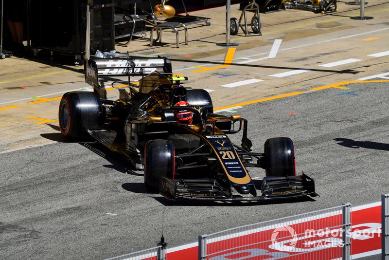 Kevin Magnussen, Haas F1 Team VF-19, lascia il garage