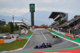 Daniil Kvyat, Toro Rosso STR14, devant Daniel Ricciardo, Renault R.S.19