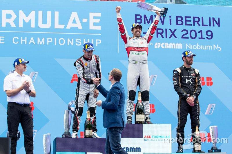Lucas Di Grassi, Audi Sport ABT Schaeffler, vainqueur, Sébastien Buemi, Nissan e.Dams, deuxième, Jean-Eric Vergne, DS TECHEETAH, troisième, Dieter Gass, directeur d'Audi Motorsports, sur le podium