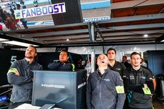I membri del team nel garage dell'HWA Racelab.