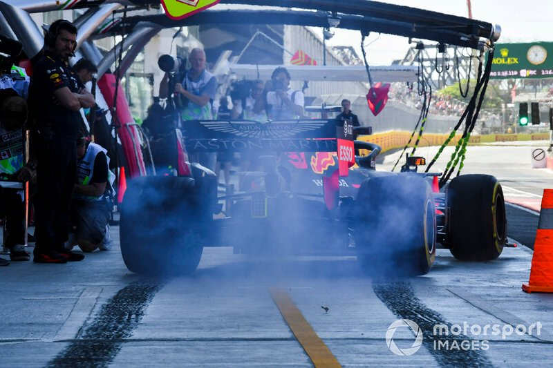 Max Verstappen, Red Bull Racing RB15, fait un burnout en sortant des stands