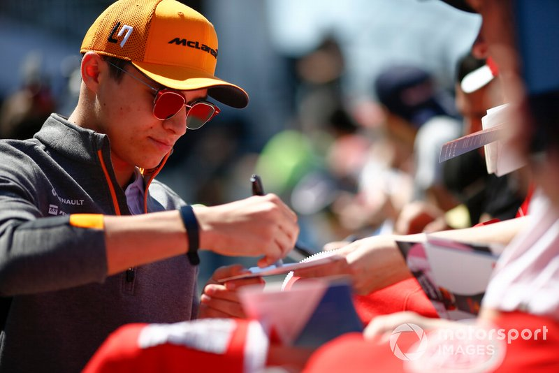 Lando Norris, McLaren, signe un autographe