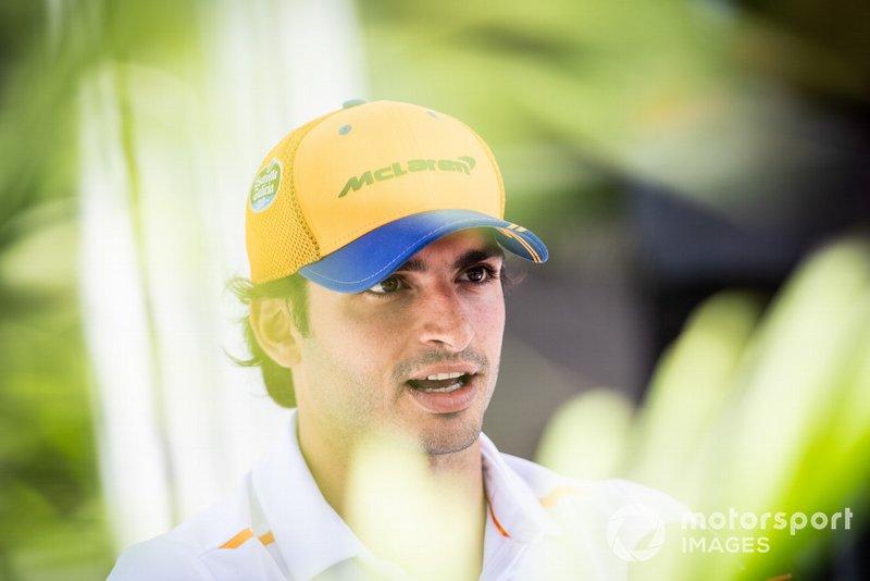 Carlos Sainz Jr., McLaren, parle à la presse