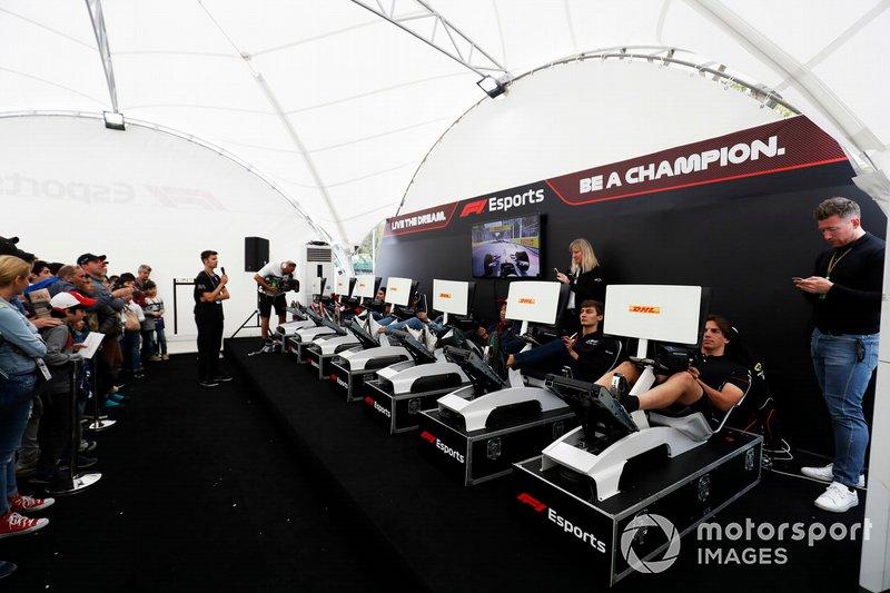 Pilotos en la zona de eSports de F1