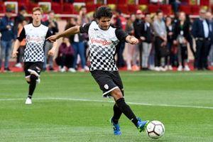 Mick Schumacher and Carlos Sainz play football