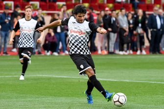 Mick Schumacher and Carlos Sainz play football
