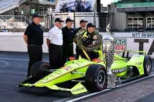 Simon Pagenaud, Team Penske Chevrolet, Roger Penske, Jim Campbell en Chevrolet engineers