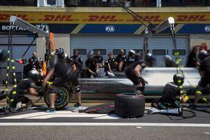 Lewis Hamilton, Mercedes AMG F1 W10 prove pit stop