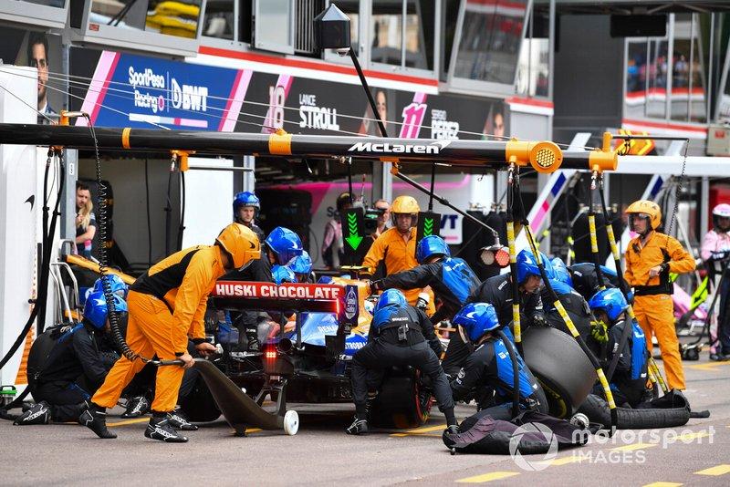 Lando Norris, McLaren MCL34, en pits