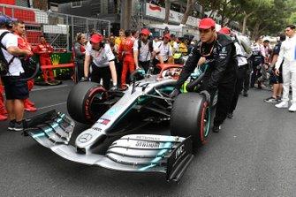 Lewis Hamilton, Mercedes AMG F1 W10, arrives on the grid