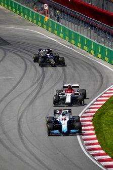 Robert Kubica, Williams FW42, leads Kimi Raikkonen, Alfa Romeo Racing C38, and Romain Grosjean, Haas VF-19