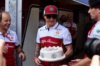 Kimi Raikkonen, Alfa Romeo Racing, se presenta con un pastel para conmemorar su carrera 300