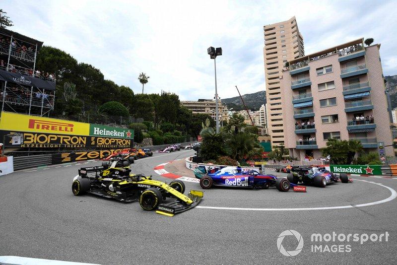 Daniil Kvyat, Toro Rosso STR14, ve Alexander Albon, Toro Rosso STR14, ve Nico Hulkenberg, Renault R.S. 19