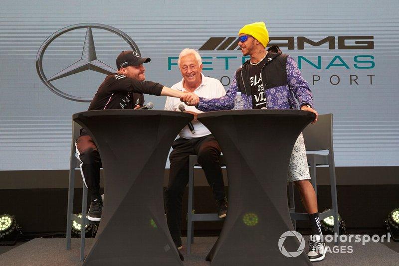 Valtteri Bottas, Mercedes AMG F1, e Lewis Hamilton, Mercedes AMG F1, sul palco