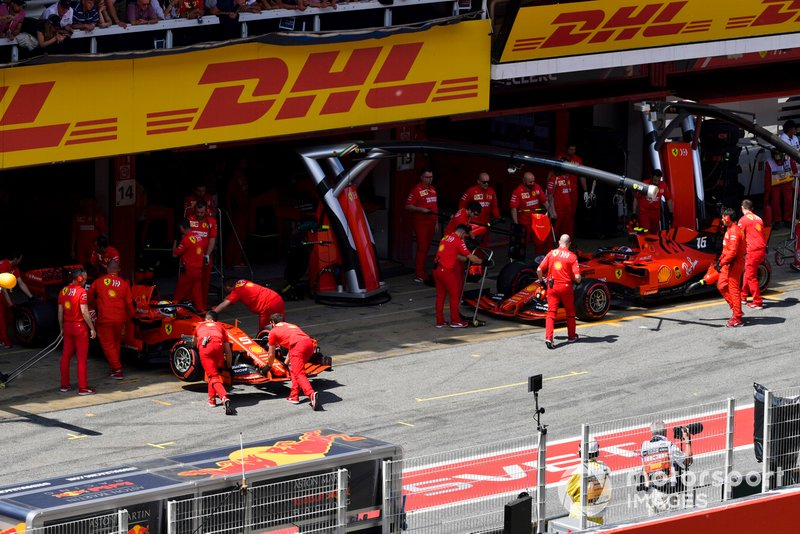 Sebastian Vettel, Ferrari SF90, et Charles Leclerc, Ferrari SF90, dans le garage