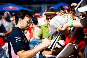 Sergio Perez, Racing Point signe un autographe pour un fan