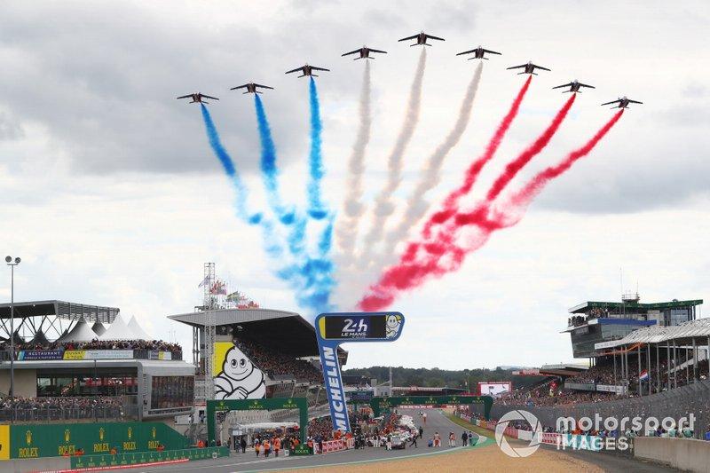 Aviones pasan sobre Le Mans