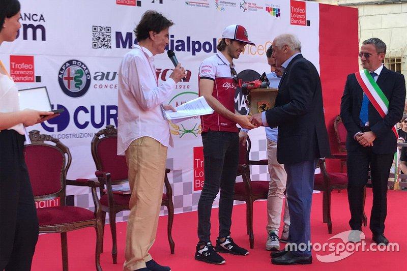 Antonio Giovinazzi, Alfa Romeo Racing, riceve il Trofeo Bandini