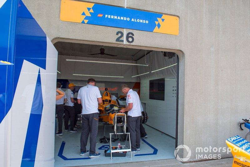 Fernando Alonso, McLaren Racing Chevrolet, equipo prepara el coche de repuesto tras el accidente