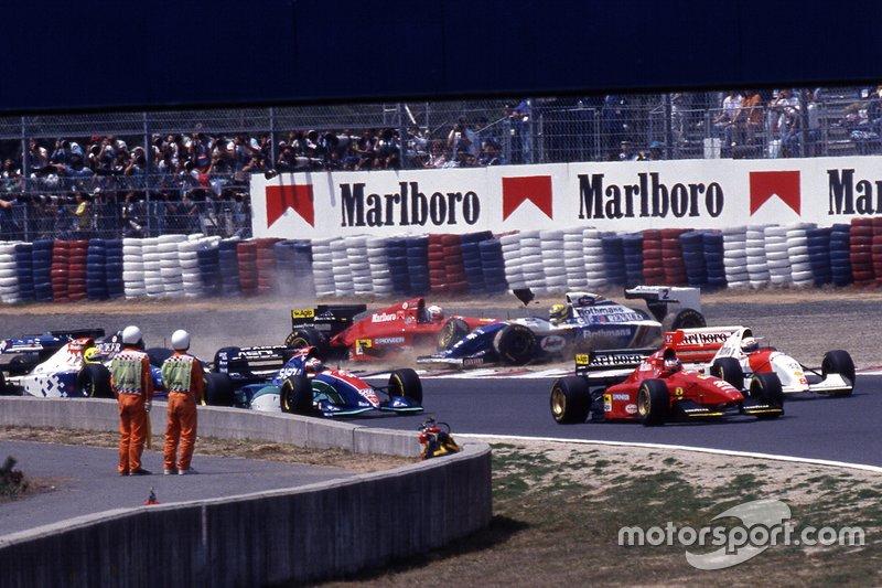Nicola Larini, Ferrari 412T1 y Ayrton Senna, Williams FW16 en la primera curva