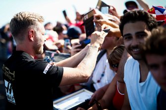 Kevin Magnussen, Haas F1 signs a autograph for a fan