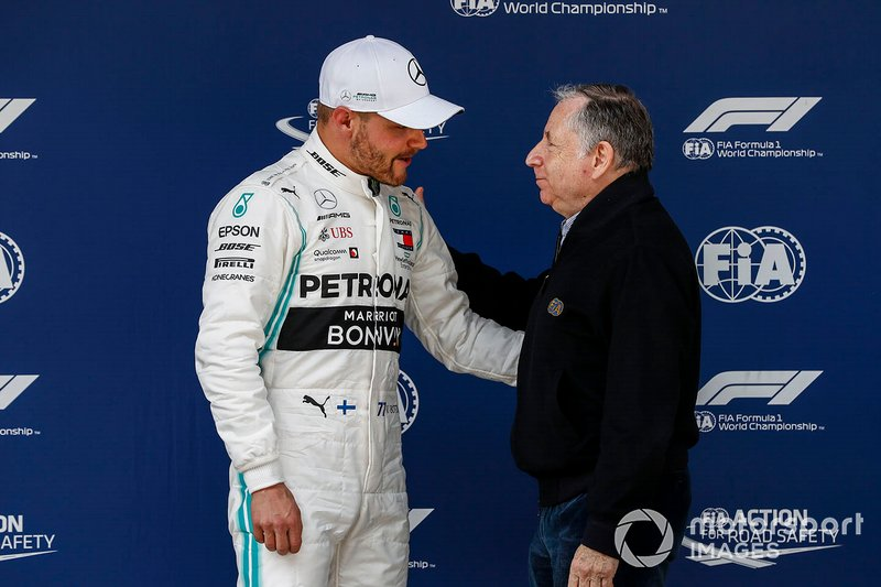 Valtteri Bottas, Mercedes AMG F1, is riceve le congratulazioni per la pole position da Jean Todt, Presidente, FIA