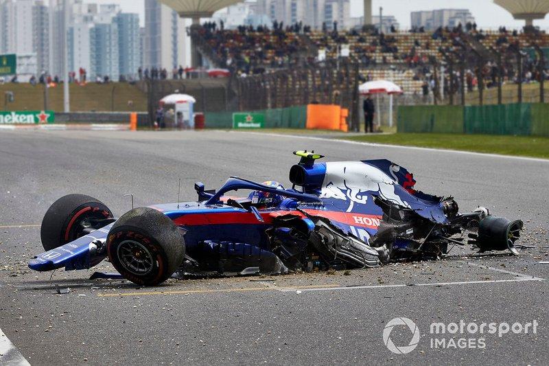 Alexander Albon, Toro Rosso STR14, sufre un accidente