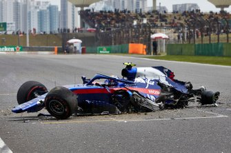 Alexander Albon, Toro Rosso STR14, comes to a halt after losing control and hitting a barrier