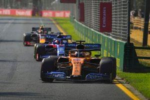 Carlos Sainz Jr., McLaren MCL34, voor Daniil Kvyat, Toro Rosso STR14, en Pierre Gasly, Red Bull Racing RB15