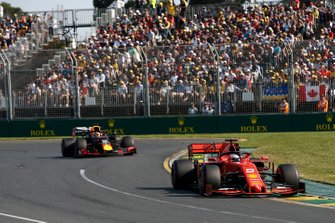 Sebastian Vettel, Ferrari SF90, voor Max Verstappen, Red Bull Racing RB15