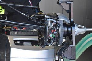 Mercedes AMG F1 W10, dettaglio della sospensione e del freno anteriore