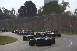 George Russell, Williams Racing FW42, and Robert Kubica, Williams FW42, chase the pack at the start
